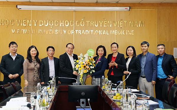Công đoàn Y tế Việt Nam đến thăm, làm việc và trao quà cho Đoàn viên công đoàn Học viện mắc bệnh hiểm nghèo