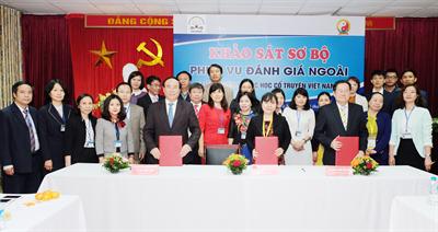 Đoàn chuyên gia đánh giá ngoài khảo sát sơ bộ tại Học viện Y Dược học cổ truyền Việt Nam