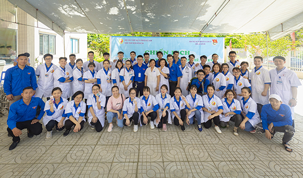 Học viện YDHCT VN khám bệnh, cấp thuốc miễn phí cho đối tượng người cao tuổi xã Kim Sơn, TX Sơn Tây, Hà Nội