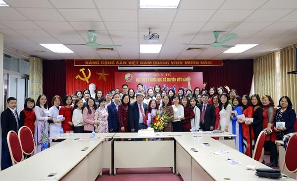 Ban Giám đốc - BCH Công đoàn Học viện Y Dược học cổ truyền Việt Nam tổ chức mừng sinh nhật cho các cán bộ CCVC, LĐHĐ có ngày sinh nhật trong Quý I /2019