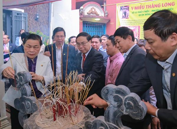 Học viện Y Dược học cổ truyền Việt Nam tổ chức dâng hương tại Y Miếu Thăng Long
