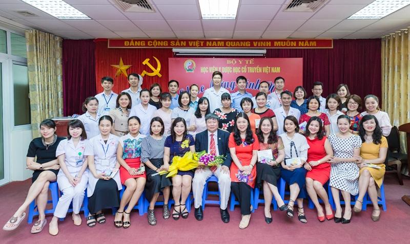 Ban Giám đốc - BCH Công đoàn Học viện Y Dược học cổ truyền Việt Nam tổ chức mừng sinh nhật cho các cán bộ CCVC, LĐHĐ có ngày sinh nhật trong Quý II /2018