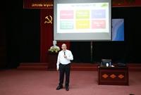 PGS.TS Đậu Xuân Cảnh – Giám đốc Học viện giảng chính trị đấu khóa cho các em tân sinh viên trúng tuyển vào Học viện năm học 2018 -2019