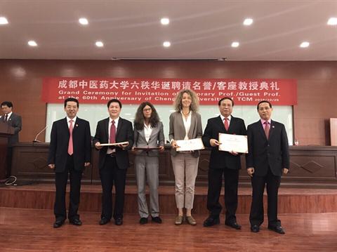 Trường Đại học Trung Y Dược Thành Đô - Trung Quốc trao bằng Giáo sư danh dự cho TS. Đậu Xuân Cảnh - Giám đốc Học viện và TS. Đoàn Quang Huy - Phó Giám đốc Học viện