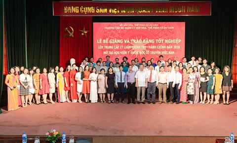 Bế giảng Lớp Trung cấp Lý luận Chính trị - Hành chính năm 2018 mở tại Học viện YDHCT VN